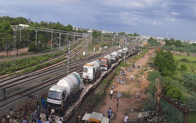 देशभरातल्या विविध राज्यांना द्रवरुप वैद्यकीय ऑक्सिजन पुरवठा करण्याचं काम भारतीय रेल्वेनं अव्याहतपणे सुरु ठेवलं आहे